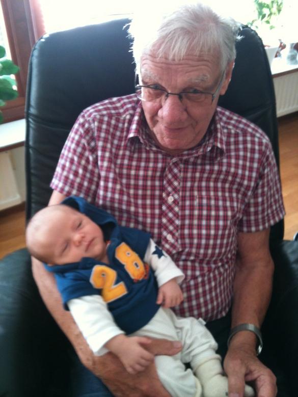 och här är Charlie i sin gammelmorfars knä, vi har våra likheter och olikheter!