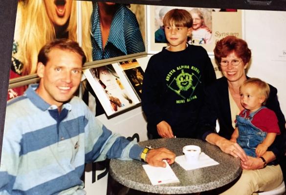 Hoppar fram till 10 års ålder, en bild tillsammans med Torgny Mogren, men farmor och min syster Paulina!