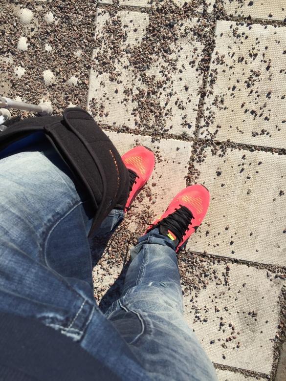 Här tänkte jag bara visa upp det LILLA kylbandaget jag har på knät till och från varje dag! (man kan se skorna också :p)