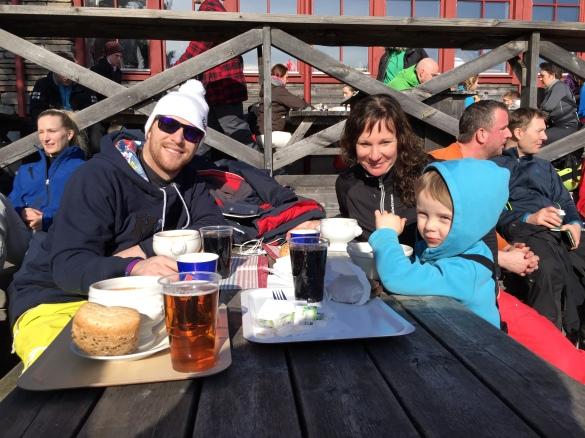 Pappa fotar resten av familjen vid lunchen på toppstugan i Romme! (jag fjäskade till mig skotertransport upp ;p )