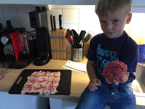 Baconväv fylld med köttfärs, kantareller, vårlök och riven ost!