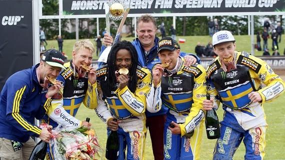 FIM SWC4. FIM Speedway World Cup Event 4. HOLD VM Afdeling 4. Denmark. Vojens. Vojens Speedway Center. Sverige vinder HOLD VM foran Danmark og Polen og Australien. Paa billedet her ses det vindende glade svenske speedwayhold.
