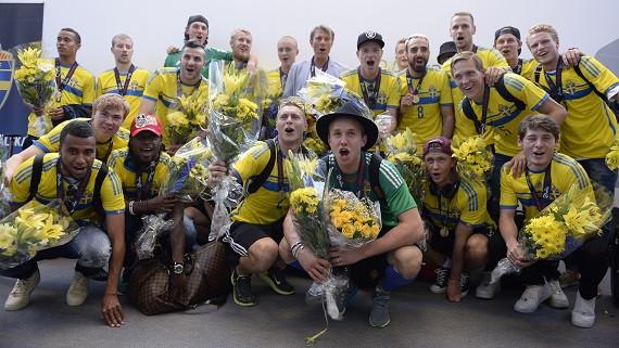 STOCKHOLM 20150701 Svenska U21-landslaget anländer på Bromma flygplats efter gårdagens finalvinst över Portugal i Prag. Spelarna kommer att firas under eftermiddagen i Kungsträdgården. Foto: Jessica Gow / TT / kod 10070